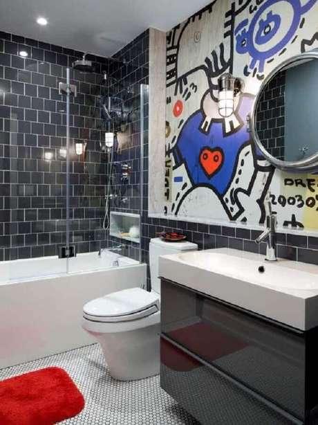 55. Decoração de banheiro moderno com grafite na parede
