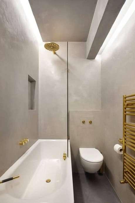 7. Lindo modelo de banheiro pequeno com cores neutras e detalhes em dourado
