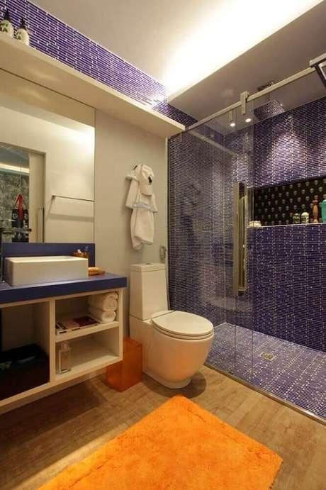 13. Lindo modelo de banheiro com pastilha azul