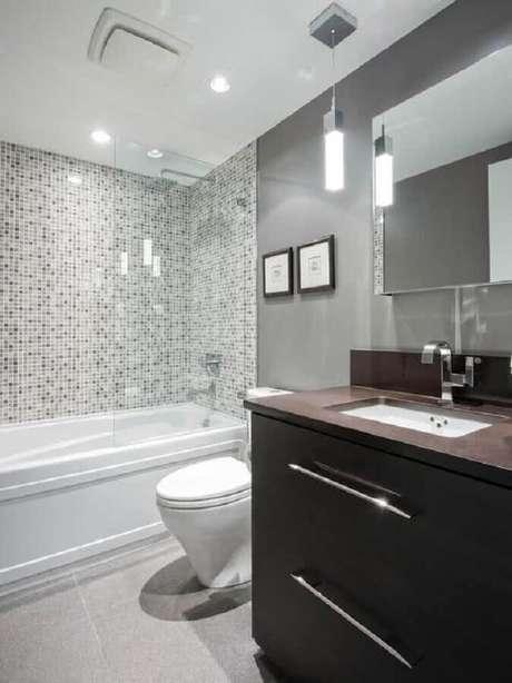 46. Modelo de banheiro com pastilha com gabinete escuro