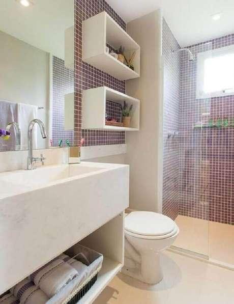 24. Decoração simples em modelo de banheiro com pastilha e nichos brancos