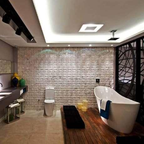 43. Modelo de banheiro com revestimento 3D na parede