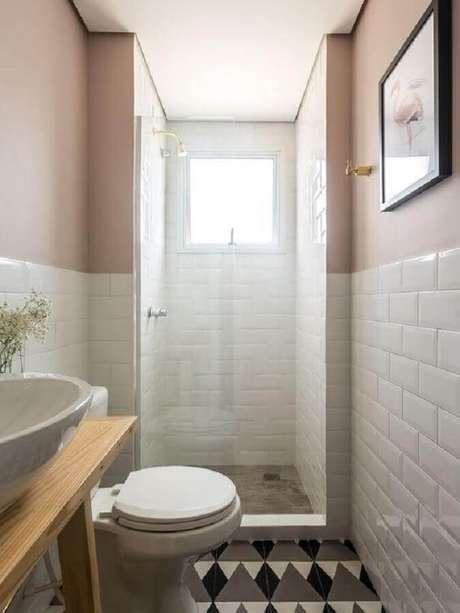 5. Modelo de banheiro pequeno com subway tile e piso com desenhos geométricos.