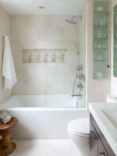 29. Modelo de banheiro pequeno com nichos embutidos