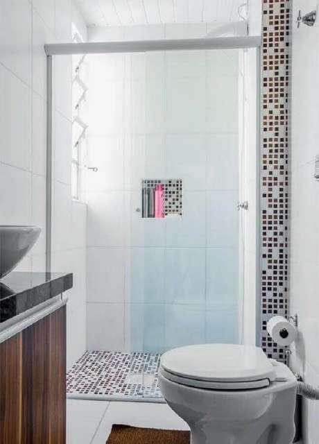 6. Modelo de banheiro pequeno com revestimento de pastilha e cores claras