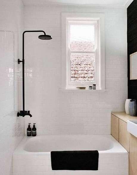 49. Modelo de banheiro pequeno preto e branco