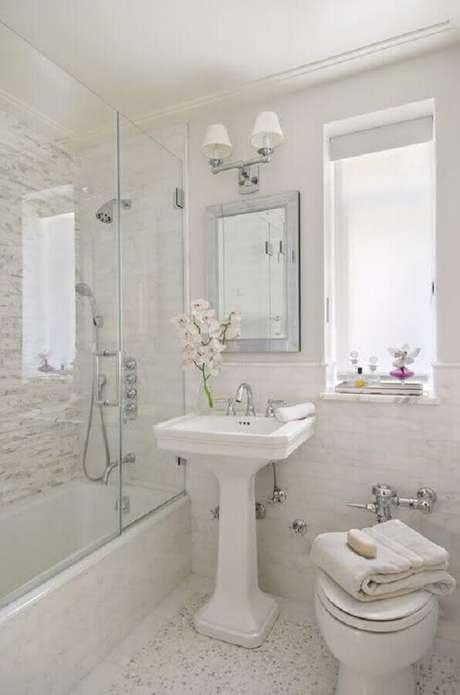 45. Lindo modelo de banheiro simples com decoração retrô