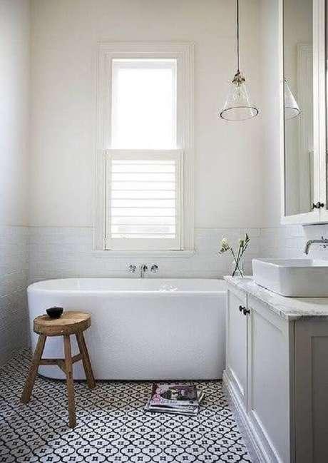 40. Modelo de banheiro simples com piso estampado