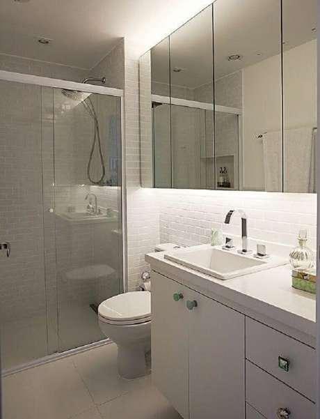 50. Modelo de banheiro simples com revestimento de azulejo de metrô