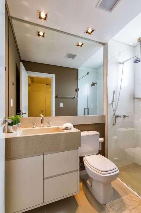 34. Modelo de banheiro simples com parede revestida da espelho