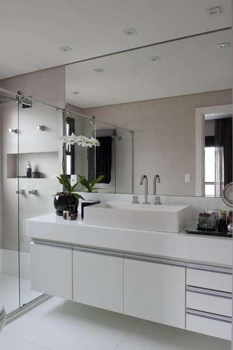 21. Modelos de banheiro com espelho grande