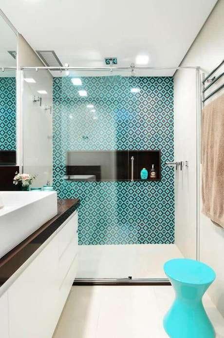 54. Os modelos de banheiro com ladrilho hidráulico ficam super charmosos