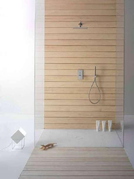 28. Modelos de banheiro com revestimento em madeira
