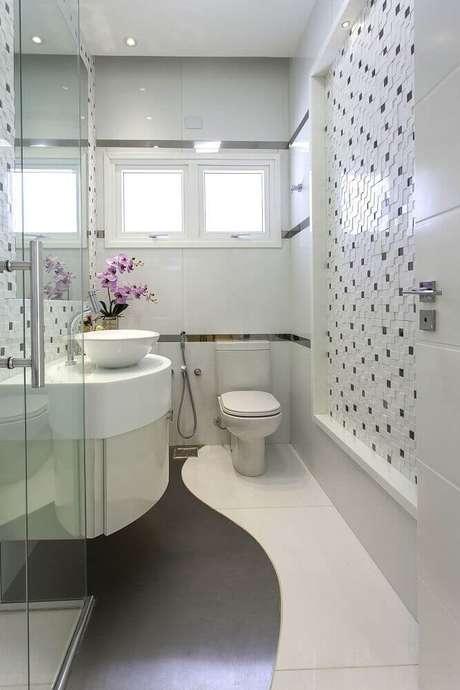 18. Modelos de banheiro com revestimento preto e branco