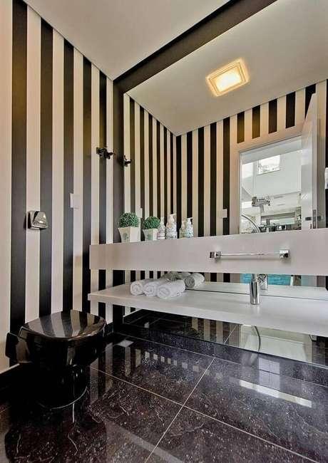 25. Modelos de banheiro preto e branco com papel de parede listrado