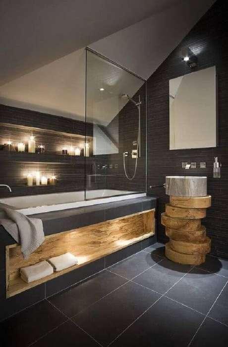 31. Em modelos de banheiro utilizando detalhes em madeira para trazer mais conforto ao ambiente