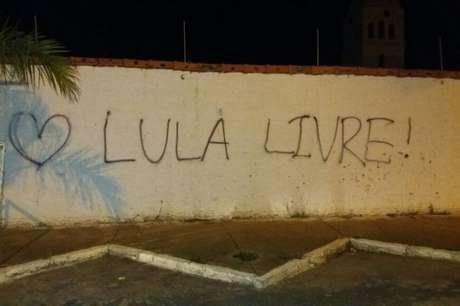 Muro de igreja foi pichado por apoiadores do ex-presidente Lula