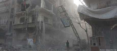 A cidade de Duma, local do suposto ataque com armas químicas, foi castigada por bombardeios das forças sírias