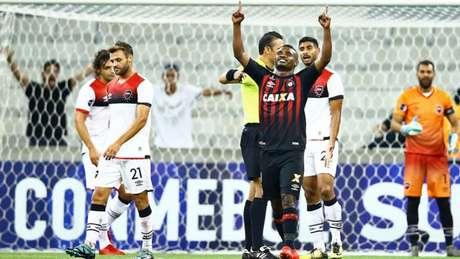 Nikão marcou seu primeiro gol na temporada. É o décimo sexto dele pelo Furacão. (AFP)