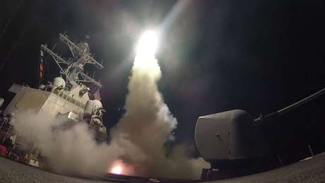 Em abril de 2017, os EUA lançaram 59 mísseis de cruzeiro na base aérea de Shayrat em resposta a um ataque anterior com armas químicas