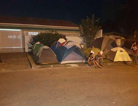 Barracas foram montadas em calçadas nas proximidades da Polícia Federal em Curitiba