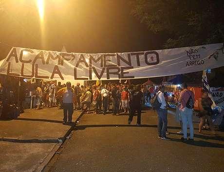 Faixa identifica o acampamento de apoiadores do ex-presidente Lula em Curitiba