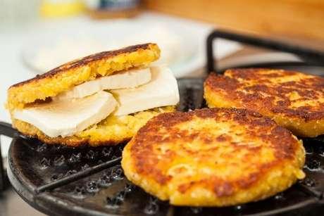 Arepas recheadas com queijo branco