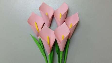 4. Sua decoração com flores de papel vai ficar linda com copos-de-leite