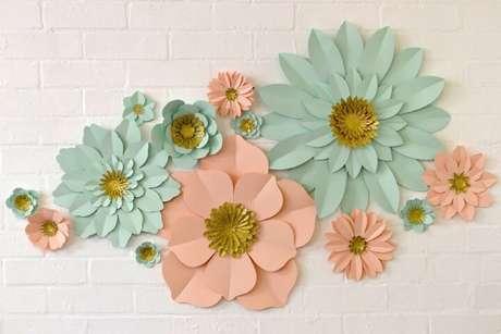 23. Decoração com flores de papel azul e rosa
