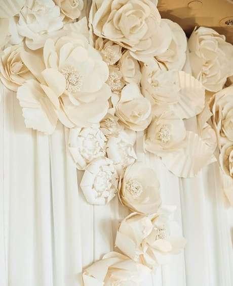 13. Olha só como ficou bonita esta decoração de casamento com flores de papel claras