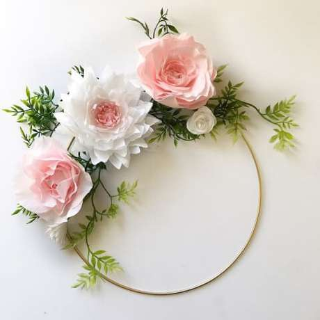 22. Arco com flores de papel e folhas falsas