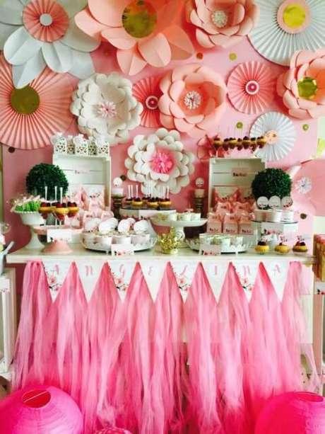 9. Decoração de aniversário com flores de papel cor-de-rosa e brancas