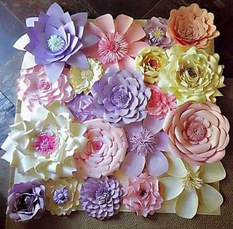 8. Que tal fazer a sua decoração de festa com flores de papel coloridas?