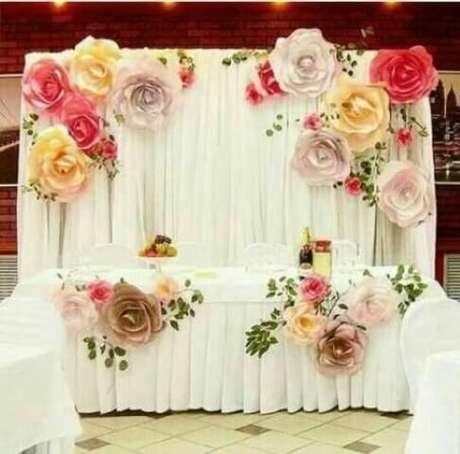 18. Mesa com decoração de casamento com flores de papel