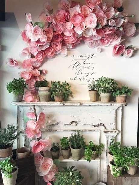19. Decoração com flores de papel rosa na parede