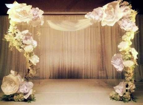 14. Decoração com flores de papel em portal na recepção