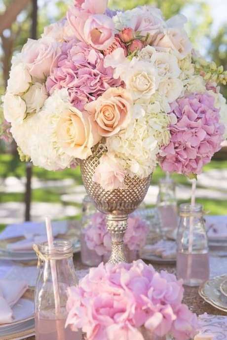 17. Decoração de centro de mesa exuberante com flores de papel