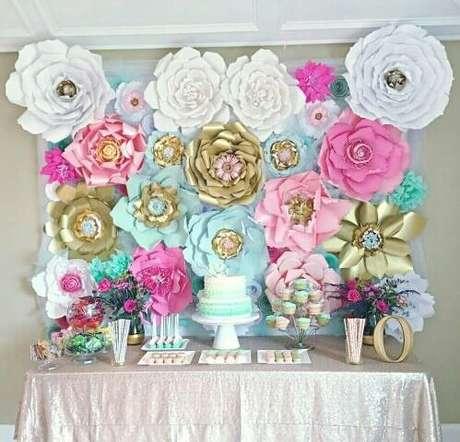 10. Decoração de festa com flores de papel gigantes