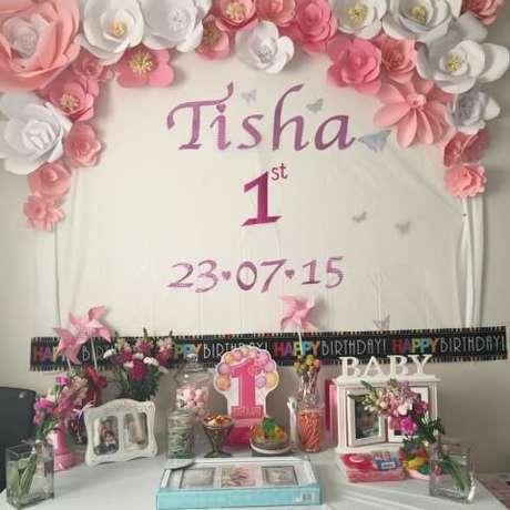 7. Veja como ficou bonita essa decoração com flores de papel rosas e brancas