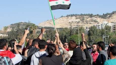 Apoiadores de Bashar al-Assad se manifestaram após bombardeios impetrados pelos americanos e aliados