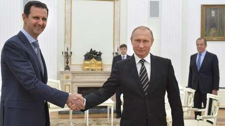 Campanha aérea da Rússia de Putin (à dir.) tem beneficiado forças de Assad (à esq.)