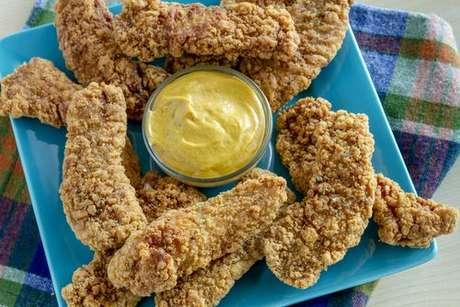 Tiras de frango crocante com molho de mostarda e mel: o petisco perfeito para qualquer ocasião