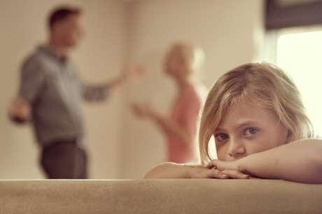 Comportamentos como gritos e demonstrações mútuas de raiva diante dos filhos podem ter impacto duradouro na saúde mental e relacionamentos futuros das crianças