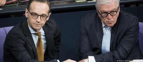 Ministro Maas (esq.) e presidente Steinmeier chamam atenção para aspectos distintos da crise internacional com a Rússia