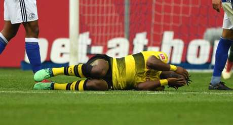 Batshuayi chocou-se com Stambouli e levou a pior (Foto: Guido Kirchner / AFP)