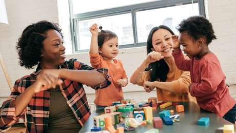 Pedir que a criança repita gestos costuma diverti-las e desafiá-las