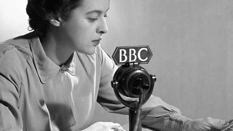 Antigamente, todas as transmissões da BBC eram lidas em RP, a pronúncia padrão da língua inglesa conhecida popularmente como 'o inglês da rainha'