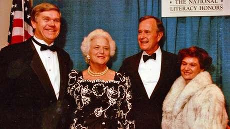 John Corcoran e sua mulher com George e Barbara Bush; discurso da então primeira-dama dos EUA o inspirou