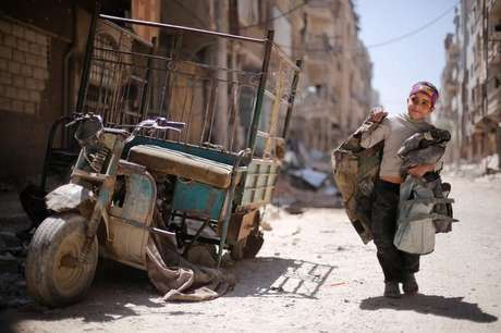 Menino caminha por rua de Douma, na Síria 16/04/2018 REUTERS / Omar Sanadiki