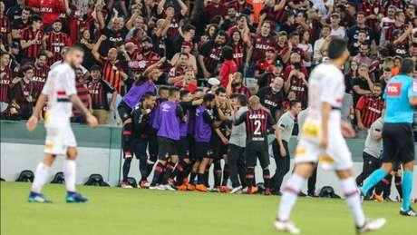 Furacão de Diniz está invicto na temporada e o futebol vem evoluindo a cada jogo. (Geraldo Bubniak/AGB)
